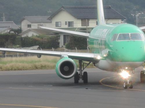 500飛行機のエンジンと羽