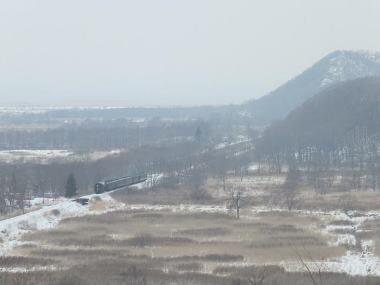 06下り9381レ追っかけ撮影遠矢-釧路湿原釧路神社俯瞰0223