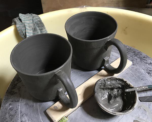 201711黒泥彫り絵マグ1