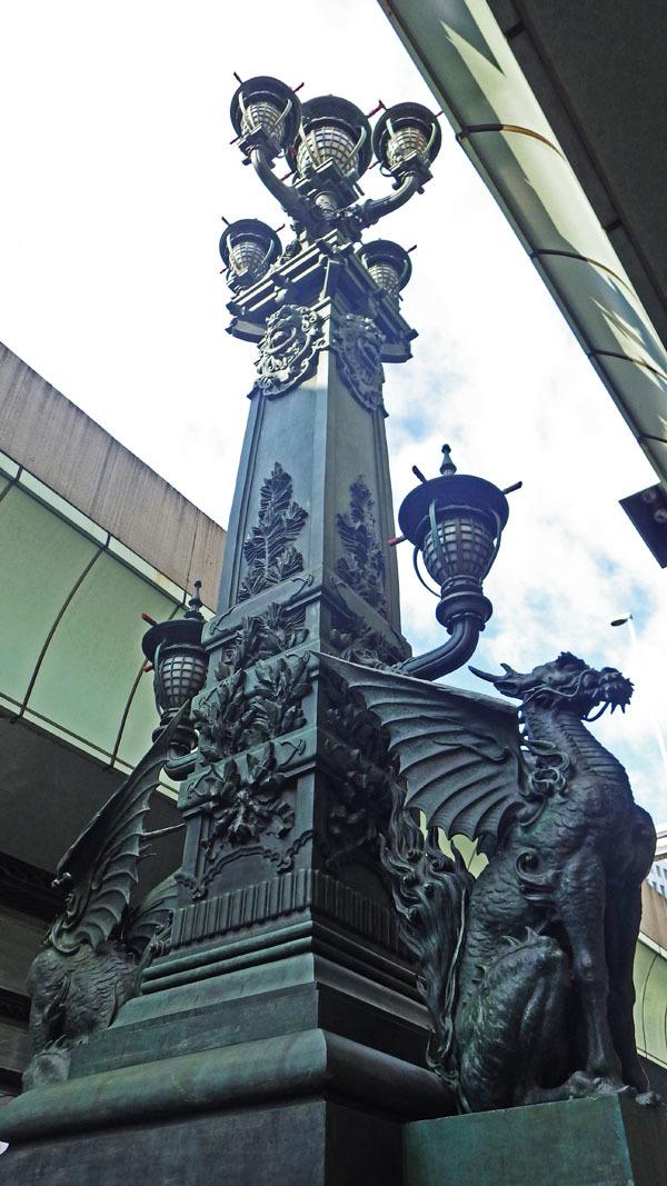 麒麟像と松榎の図案