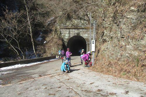 トンネル出口で休憩