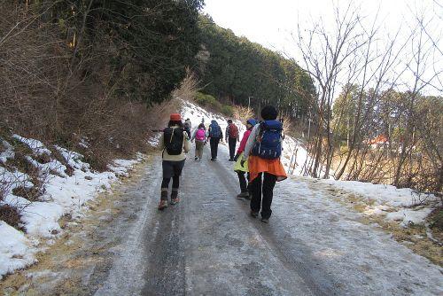 雪が残る登山道