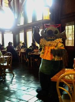 ポリネシアンレストランでスタッフを呼ぶリロ