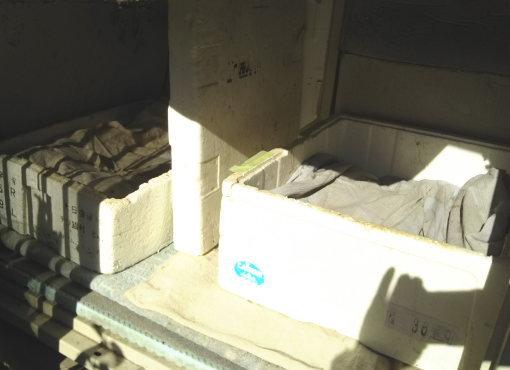 外猫小屋の内部 真ん中は発泡スチロールのふたで仕切られている