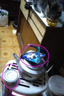 ストーブの上の猫缶と猫パウチ