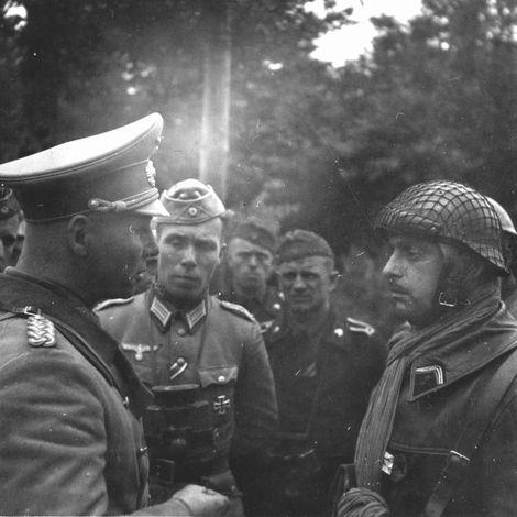 Erwin Rommel unterhielt sich mit einem französischen Kapitän_1940 17. Mai