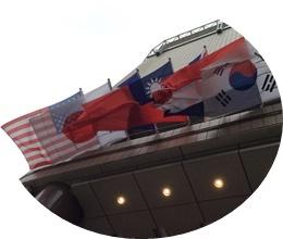 ホテル前・国旗