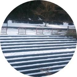 ⑧川沿いの残雪