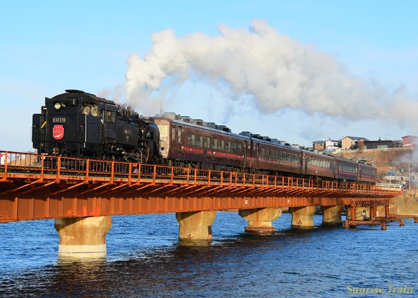 釧路川を渡る逆向きC11171牽引のSL冬の湿原号