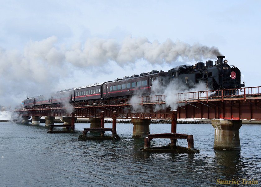 釧路川を渡るSL冬の湿原号
