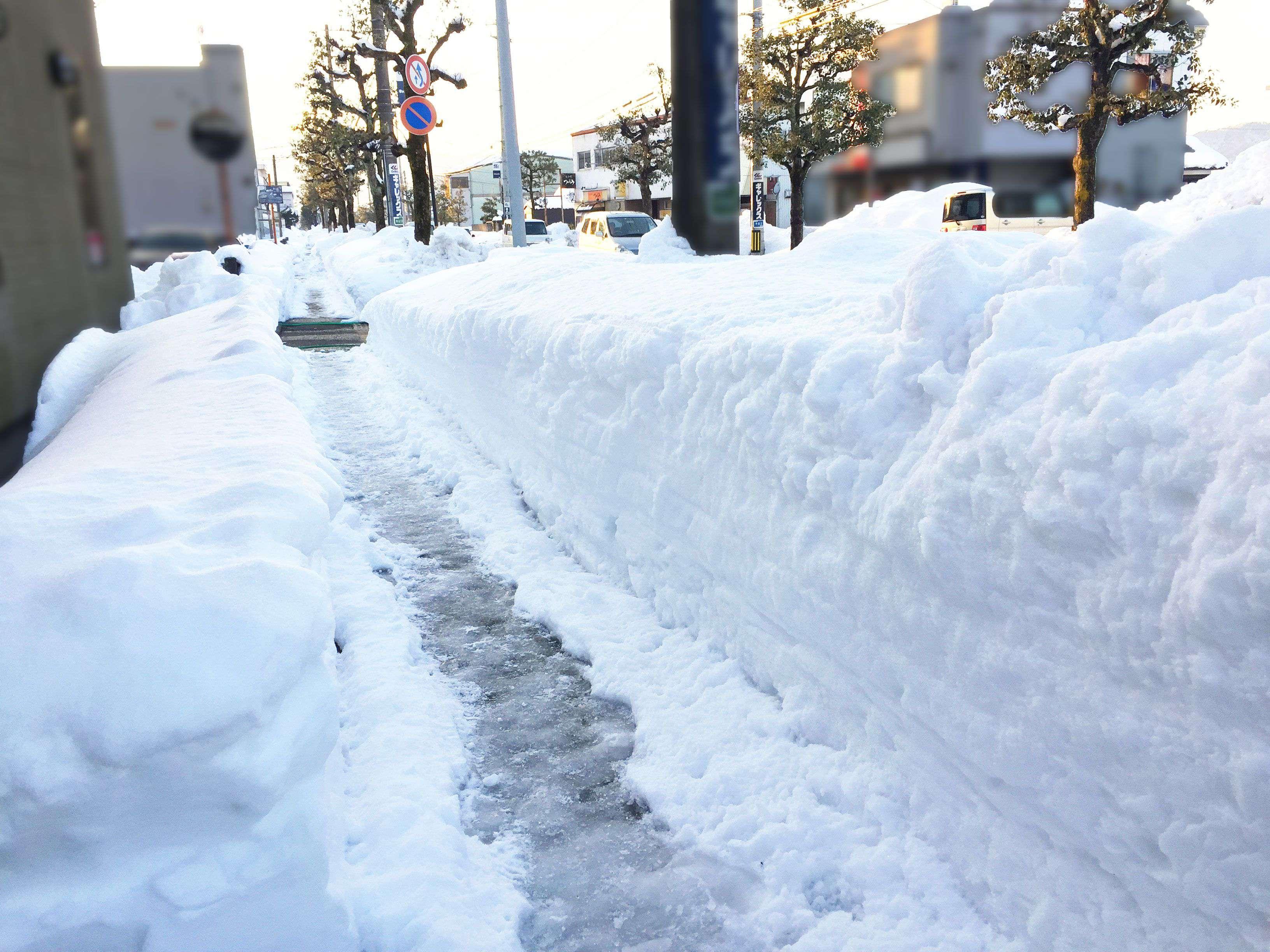 20180226_福井県大雪寒波第4弾久しぶりに小さい頃の大雪を思い出したひと時<br /><br />車はスリップするし、子供は道歩けないし<br /><br />除雪車はフル稼働だけど間に合わない・・・。<br /><br />(通学路)_04