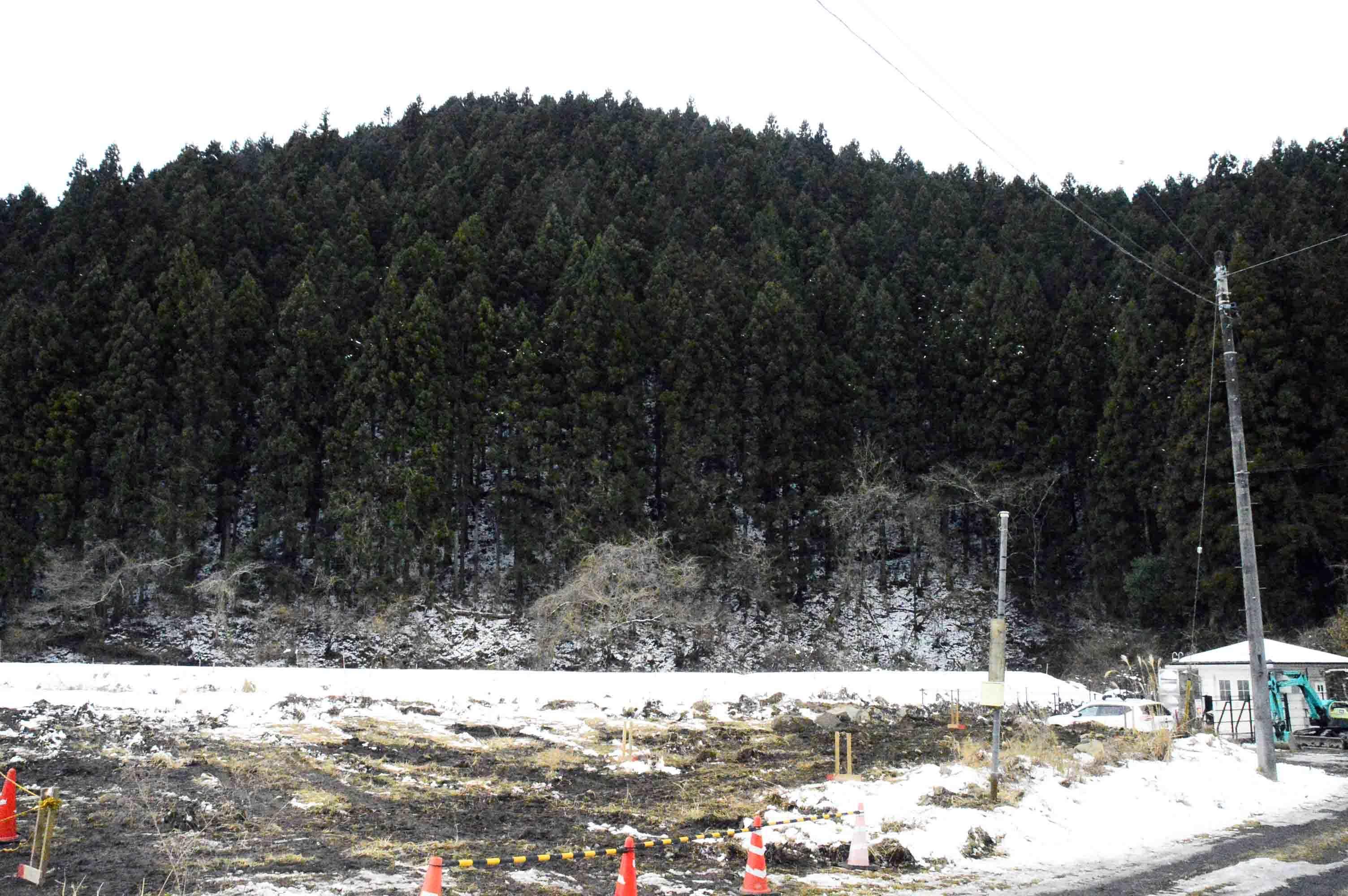 塩畑バス停から見た尻高田要害
