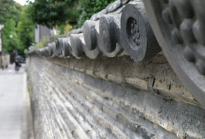 道沿いに延びた壁
