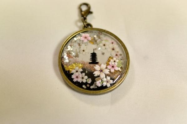 レジンアクセサリー「五重塔と桜」