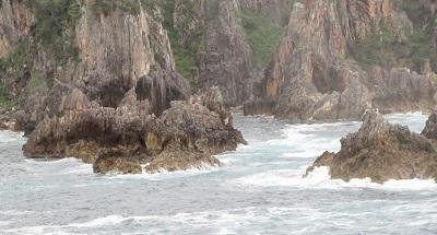 佐渡の海は荒々しく・・でも小学6年まで海見た事なし。