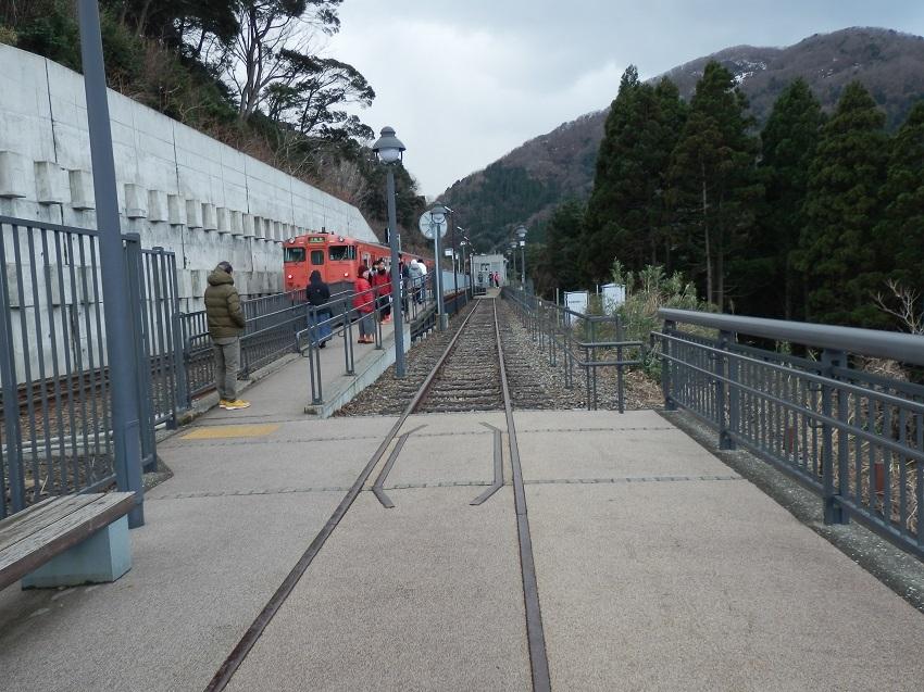 駅に入線した列車