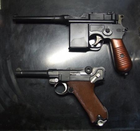 マウザーC96/M712とルガー「パラベラム・ピストル」(P-08)