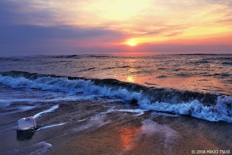 絶景探しの旅 - 0499 波に洗われる日の出のジュエリーアイス (北海道 豊頃町)